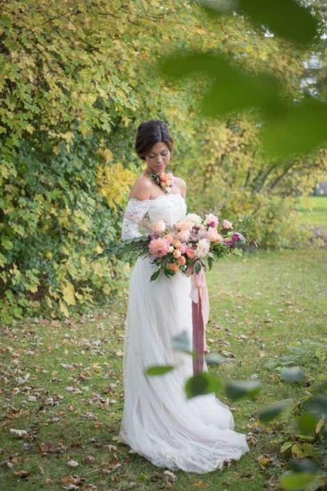 Floral Necklace | Wedding Dress by Atelier Alice in Blush | Fall Bridal Bouquet with dahlias | Fall Wedding Montreal | Fall Wedding Inspiration | Auberge Willow Inn Wedding | Flourish & Knot | Dahlia Centerpiece | Floral Installation | Purple and Coral Wedding