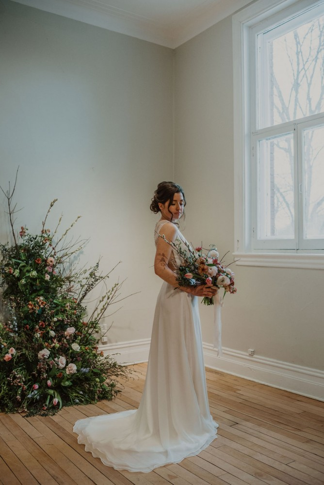 Spring minimalist bouquet and foam-free floral installation by Flourish & Knot