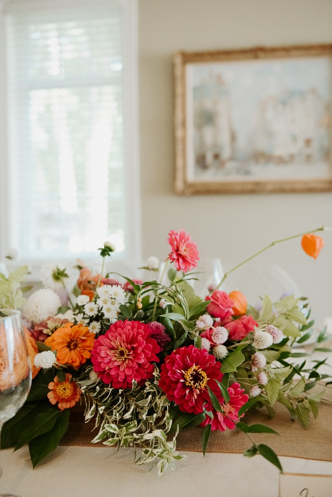 Bright and colourful late-summer wedding centrepiece with zinnias | http://orangeriephotographie.com/