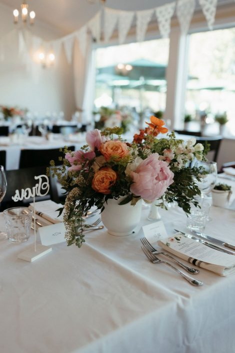 June centrepiece with peonies, roses, and snapdragons | Auberge Willow Inn Wedding | Flourish & Knot | Naomie Houle Photographie