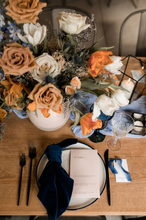 Wedding table centrepiece in terracotta and blue with toffee roses | Flourish & Knot | Montreal wedding florist
