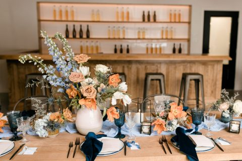 Vibrant wedding tablescape with bud vases | Fine-art wedding editorial in terracotta and blue | Flourish & Knot | Photos by Kerstin Hahn