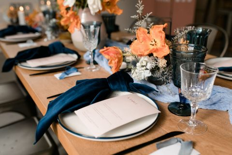 Blue, terracotta, and orange tablescape | Bud vase centrepiece with ceramic bud vases | Blue and terracotta wedding | Flourish & Knot Montreal Wedding Florist | Verger du Flanc Nord | Apple Orchard Wedding | Lulucoeurdebeurre | Kerstin Hahn Photography