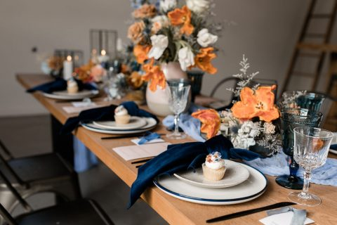 Vibrant wedding tablescape in terracotta, orange, and blue | Fine-art wedding editorial in terracotta and blue | Flourish & Knot | Photos by Kerstin Hahn