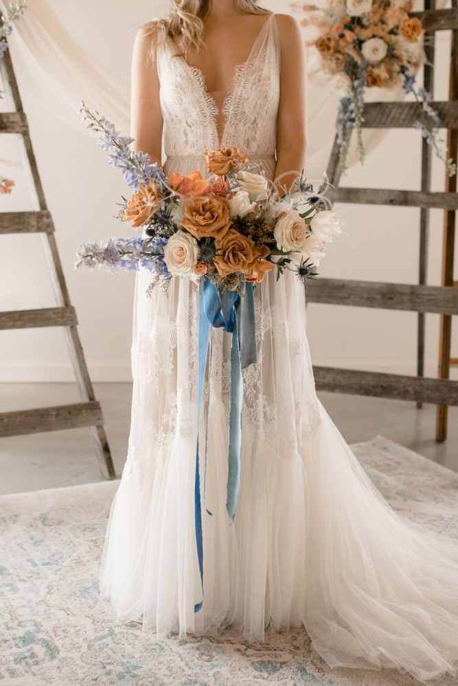 Asymmetrical bridal bouquet in terracotta and blue with trailing ribbon | Fine-art wedding editorial in terracotta and blue | Flourish & Knot | Photos by Kerstin Hahn