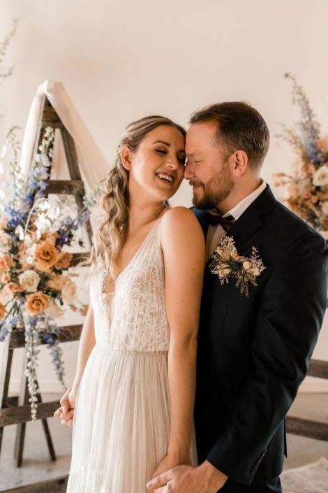 Wedding flowers in Montreal and Ottawa | Fleurs de mariage à Montreal et Ottawa | Boho wedding flowers | Bride and groom with floral wedding ceremony backdrop
