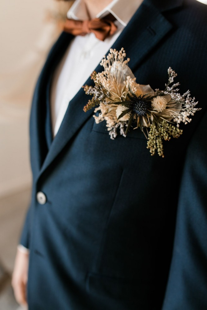Floral pocket square with a mix of fresh and dried flowers for the groom | Fine-art wedding editorial in terracotta and blue | Flourish & Knot | Photos by Kerstin Hahn
